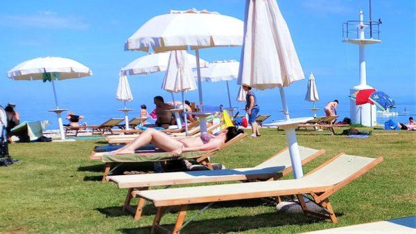 Ležalniki in senčniki na rtu plaže Svetilnika